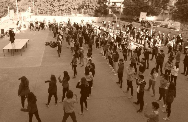 Grupo de jóvenes practicando TaiChi