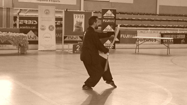 Alumno de la Escuela Yùyán realizando TaiChi Dao o Sable de TaiChi.