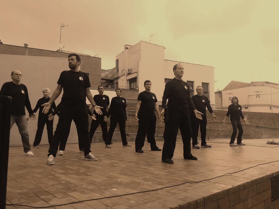 Grupo practicando ejercicios de QiGong